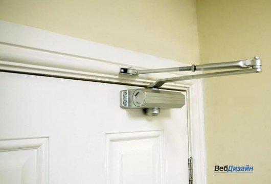 Использование дверных доводчиков в офисе.